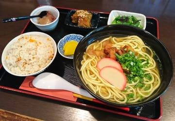日替わりの小鉢も多彩でうれしい「そば定食」(850円)。定食は白飯かジューシーが選べる。