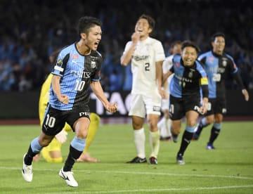 川崎―神戸 後半、4点目のゴールを決め、喜ぶ川崎・大島(10)=等々力