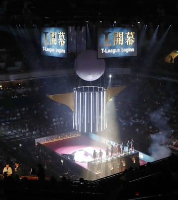 卓球の国内外の有力選手を集めた新リーグ「Tリーグ」の開幕セレモニー=24日夜、東京・両国国技館