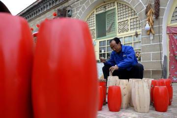 手作りの伝統を守る「腰鼓」の里の太鼓職人 陝西延安