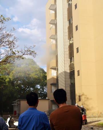 白煙が上がる千葉大学の医薬系総合研究棟=24日午後3時44分、千葉市中央区の亥鼻キャンパス