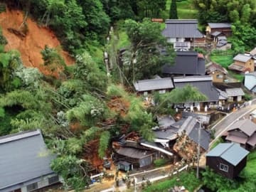 3人が死亡した施福寺集落の土砂崩れ現場(7月7日午後1時15分ごろ、綾部市上杉町)=小型無人機から