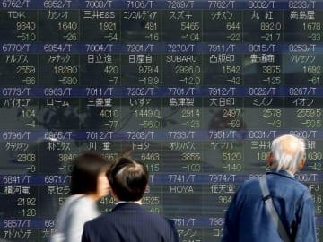 全面安の展開となった株価を表示するボード=25日午前、東京・八重洲