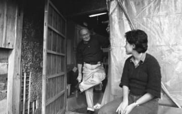 水俣市月浦に家を借りて質素な暮らしをするユージン・スミス氏(左)=1974年