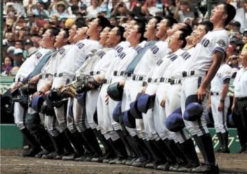 2回戦で大垣日大(岐阜)を破り、全員で背中を反らせて校歌を歌う金足農の選手たち=2018年8月14日、甲子園球場