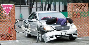 見通しの悪い道から飛び出た車に追突する自転車