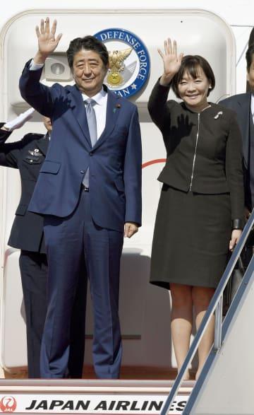 中国に向けて羽田空港から出発する安倍首相夫妻=25日午後