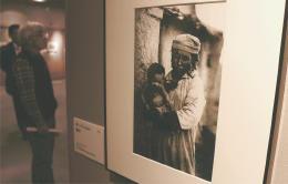 「蒙母」と題された母子の写真