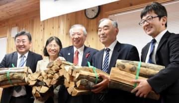 林業と福祉が連携し、まきづくりで生きがいや就労の場を創出する事業を始めた関係者