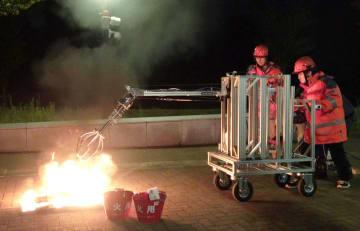 開発されたロボットアームで、火の中のがれきをつかみ取る実験=5日(多田隈建二郎東北大准教授提供)