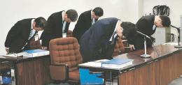 体罰4件を公表し、謝罪する仙台市教委の職員=市役所