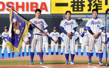 東都大学野球秋季リーグ戦で優勝し、優勝旗を手にする立正大の伊藤裕=神宮