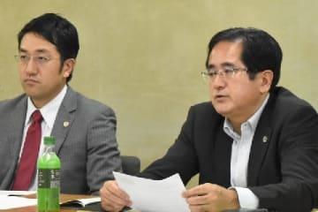 会見する日本労働弁護団幹事長の棗一郎弁護士(右)