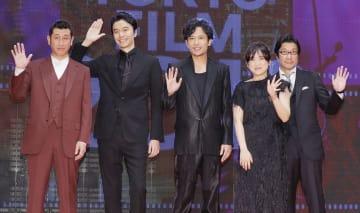 第31回東京国際映画祭が開幕し、記念撮影に応じる稲垣吾郎さん(中央)ら=25日午後、東京・六本木
