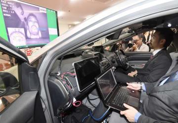 名古屋大などの研究グループが開発した、乗員が声や視線、動作で制御できる自動運転車=25日、名古屋市