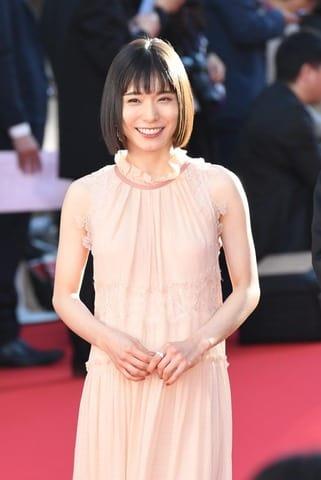 「第31回東京国際映画祭」のレッドカーペットに登場した松岡茉優さん
