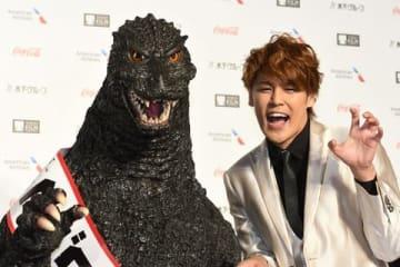 「第31回東京国際映画祭」のレッドカーペットに登場した宮野真守さん(右)とゴジラ
