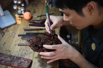 「おしどり刀」 夫婦で莆田木彫り工芸技術を継承