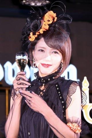 「ヴーヴ・クリコ イエローウィン」のオープニングセレモニーに登場した釈由美子さん