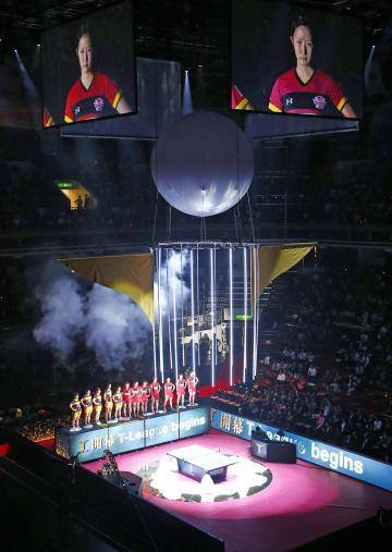 卓球「Tリーグ」の女子の試合前に行われた開幕セレモニー=25日、両国国技館