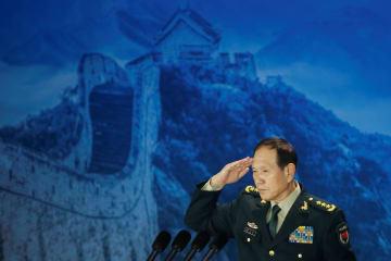 25日、北京で開かれたフォーラムでの講演後、敬礼する魏鳳和国務委員兼国防相(ロイター=共同)