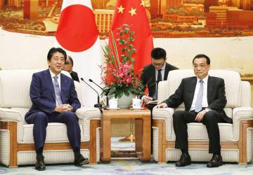 中国の李克強首相(右)と懇談する安倍首相=25日、北京の人民大会堂(共同)