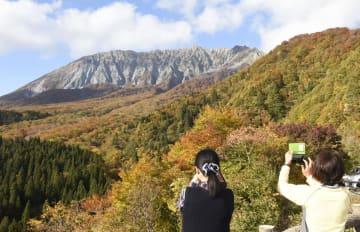 鳥取県江府町の鍵掛峠から望む、紅葉が見頃となった国立公園・大山=25日午後