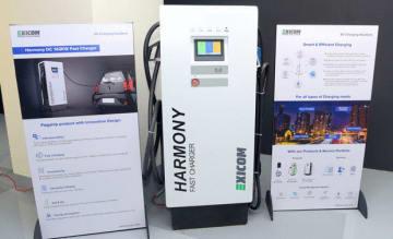 新開発の急速充電器。複数の規格に対応する(エクシコム提供)