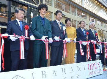 リニューアルオープンを祝いテープカットする俳優の渡部豪太さん(左から2人目)や大井川和彦知事(同3人目)、女優の白石美帆さん(同4人目)ら=東京・銀座