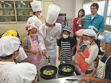横浜ガストロノミ協議会のシェフと料理をする子どもたち=横浜市立荏田南小学校