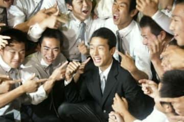 阪神から2位指名を受け、チームメートに祝福される延岡学園高の小幡竜平内野手(中央)=宮崎県延岡市