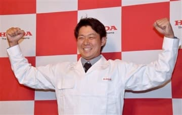 オリックスから3位指名を受け、笑顔でポーズをとるホンダ熊本の荒西祐大投手=25日、熊本市中央区の熊本ホテルキャッスル(池田祐介)