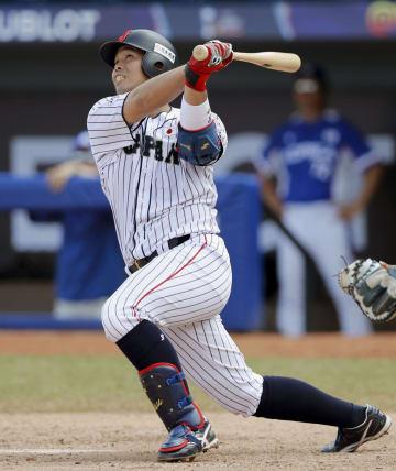 日本―韓国 6回日本2死一塁、内田が左越えに2ランを放つ=バランキジャ(共同)