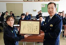 感謝状を受け取る向夏実さん(左)=新温泉町戸田、美方署