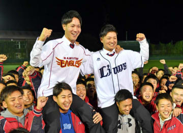 富士大のチームメートと喜びを分かち合う喜び合う西武7位指名の佐藤龍世(右)と楽天8位指名の鈴木翔天=花巻市・富士大