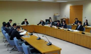 【委員の変更や実施要領の見直しを決めた広聴広報会議=三重県議会議事堂で】