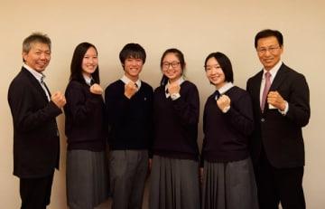 【日沖市長(右)を訪問した(左から)山北顧問、手塚さん、宮崎さん、大菅さん、多湖さん=いなべ市役所で】