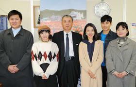 道庁を表敬訪問した龍さん(左から2人目)ら