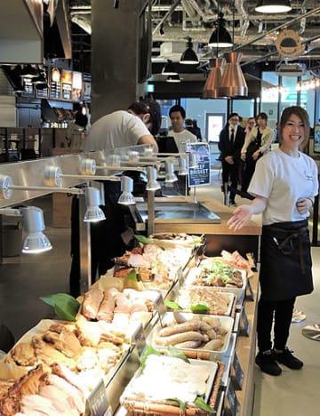 肉料理やたこ焼き、すし、ピザ、ラーメン、パンなど10業種がそろう「STREET KITCHEN」=25日、阪神西宮駅「エビスタ西宮」