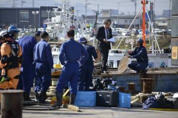 事故が起きた台船で実況見分する関係者=25日、八戸市の八戸港第1工業港