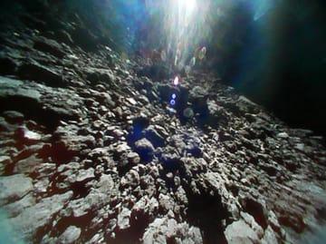 岩だらけの小惑星りゅうぐうの表面。9月に着陸した小型探査ロボット「ミネルバ2」が撮影(JAXA提供)