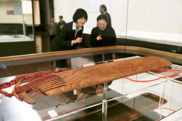 報道陣に公開された、第70回正倉院展で展示される「新羅琴」=26日午前、奈良市の奈良国立博物館