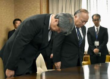 熊本市役所を訪れ、市長らに謝罪するKYBの坂井静専務執行役員(左から2人目)ら=26日午前