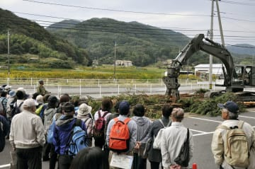 島根原発の複合災害発生を想定し、実施された自衛隊による障害物撤去訓練=26日午前、松江市