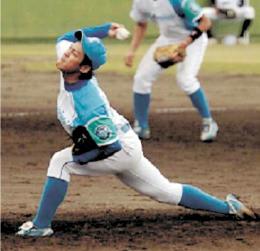 兄に似たフォームで投球する山岸ロジスターズの則本佳投手(チームのホームページより)