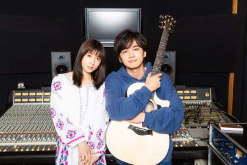 音楽ユニット「TAOTAK」を結成した土屋太鳳さん(左)と北村匠海さん