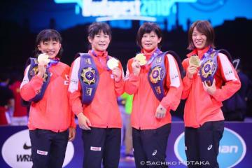 須﨑優衣と奥野春菜が勝ち、4階級で世界一の日本。左から須﨑、奥野、向田真優、川井梨紗子