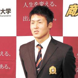 2位指名が決まり、報道陣の取材を受ける大商大の太田