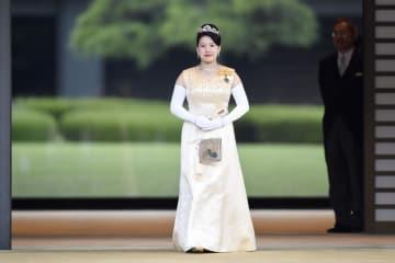「朝見の儀」を終え、皇居・宮殿を出られる高円宮家の三女絢子さま=26日午後(代表撮影)