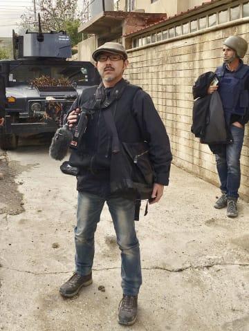 イラク・モスルで取材するジャーナリストの藤原亮司さん=2016年12月(本人提供)